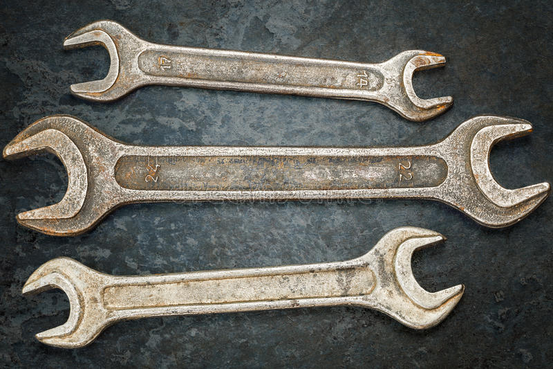 Εκλεκτής ποιότητας μεταλλικά κλειδιά στη σκουριασμένη επιφάνεια μετάλλων στοκ εικόνα