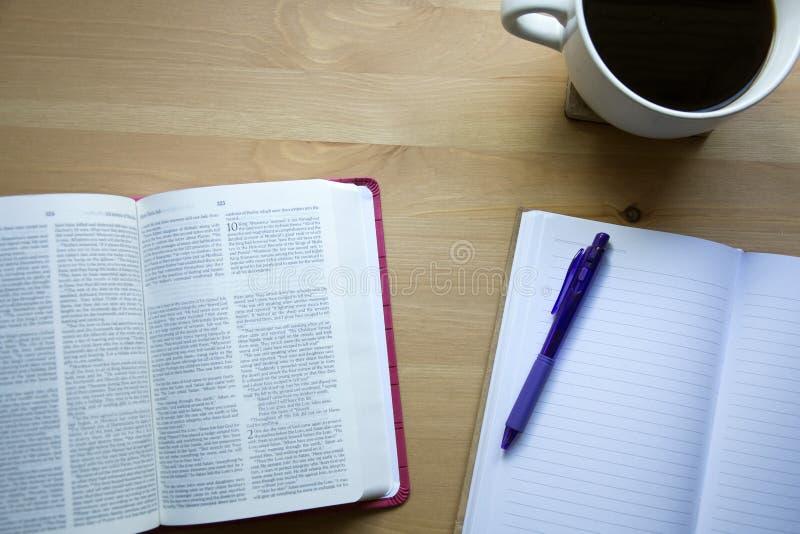 Εκλεκτής ποιότητας μελέτη Βίβλων με την άποψη μανδρών από την κορυφή με τον καφέ στοκ φωτογραφία