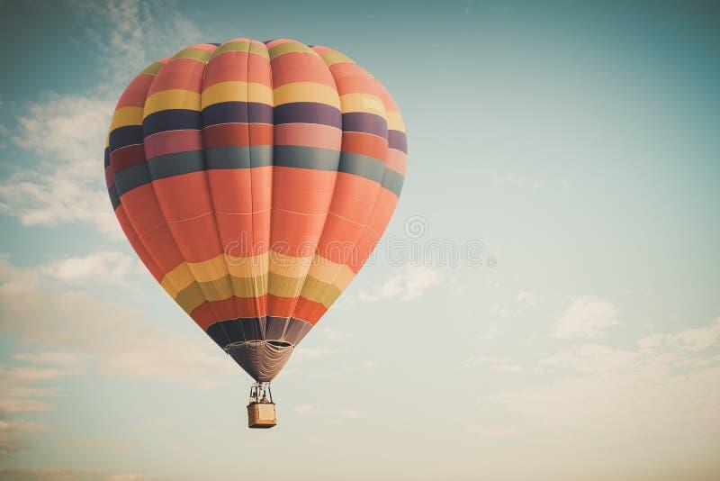 Εκλεκτής ποιότητας μπαλόνι ζεστού αέρα που πετά στον ουρανό στοκ φωτογραφία με δικαίωμα ελεύθερης χρήσης