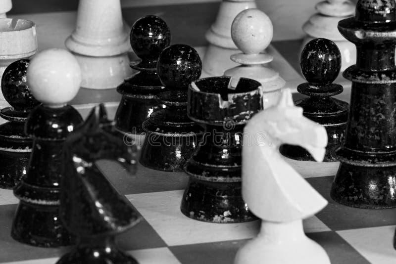 Εκλεκτής ποιότητας ξύλινα κομμάτια σκακιού Αναδρομική επίδραση Μαύρη & άσπρη φωτογραφία στοκ φωτογραφία