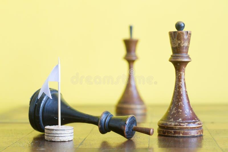 Εκλεκτής ποιότητας ξύλινα κομμάτια σκακιού σε μια παλαιά σκακιέρα στοκ εικόνες