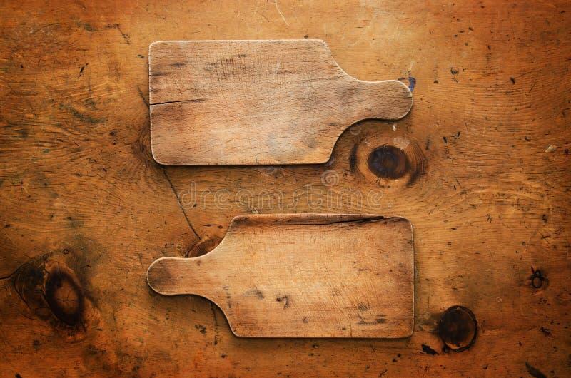 Εκλεκτής ποιότητας ξύλινος πίνακας με το αγροτικό σκεύος για την κουζίνα στοκ εικόνες με δικαίωμα ελεύθερης χρήσης