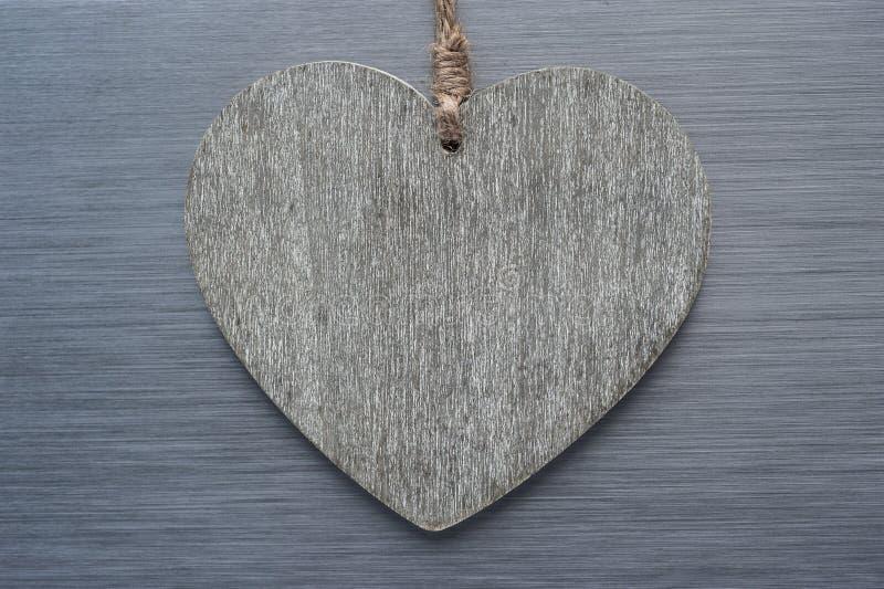 Εκλεκτής ποιότητας ξύλινο υπόβαθρο μετάλλων αγάπης βουρτσισμένο καρδιά στοκ εικόνες