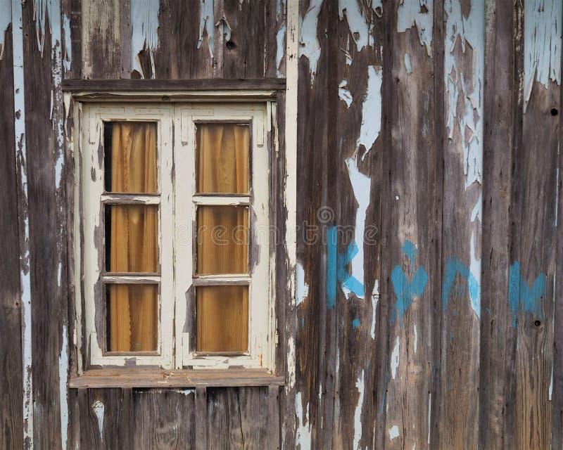 Εκλεκτής ποιότητας παράθυρα στο παλαιό ξύλινο πιάτο στοκ φωτογραφίες
