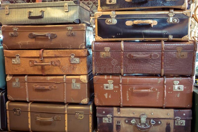 Εκλεκτής ποιότητας παλαιές χτυπημένες βαλίτσες δέρματος στοκ εικόνες