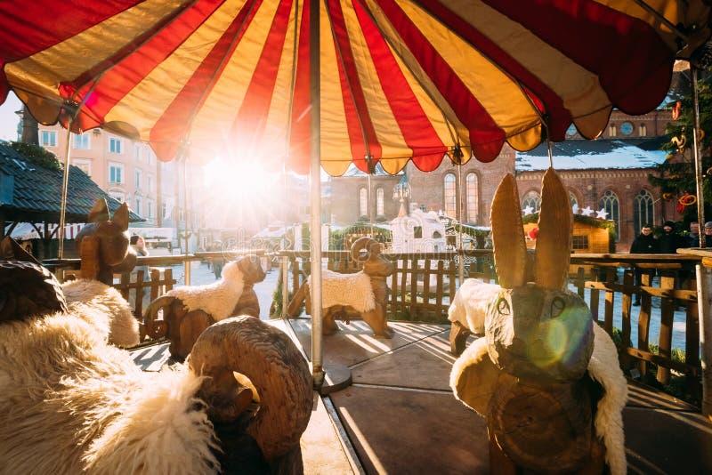 Εκλεκτής ποιότητας παλαιό ιπποδρόμιο στην αγορά Χριστουγέννων στο τετράγωνο θόλων στη Ρήγα στοκ φωτογραφία