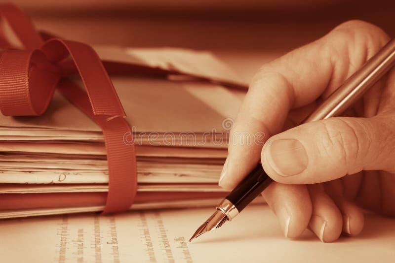 Εκλεκτής ποιότητας παλαιό χέρι με την κινηματογράφηση σε πρώτο πλάνο επιστολών γραψίματος μανδρών πηγών στοκ εικόνες με δικαίωμα ελεύθερης χρήσης