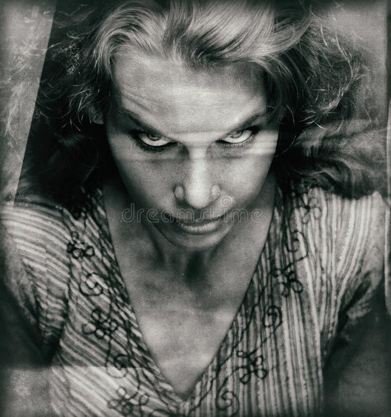 Εκλεκτής ποιότητας πορτρέτο της τρομακτικής γυναίκας με το κακό πρόσωπο στοκ φωτογραφία