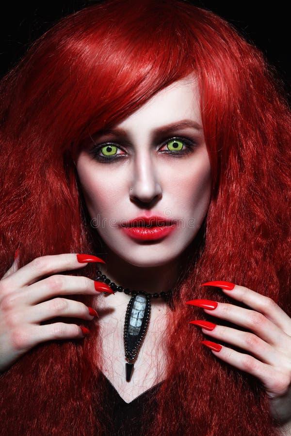 Εκλεκτής ποιότητας πορτρέτο ύφους της νέας όμορφης redhead γυναίκας με παρμένος στοκ εικόνες