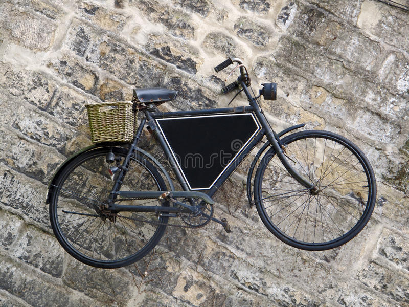 Εκλεκτής ποιότητας ποδήλατο στον παλαιό τοίχο στοκ φωτογραφία με δικαίωμα ελεύθερης χρήσης