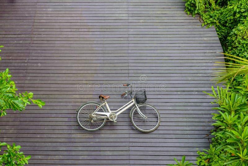 Εκλεκτής ποιότητας ποδήλατο στο ξύλινο πάτωμα στο πάρκο α Sri Nakhon Khuean Khan στοκ φωτογραφίες