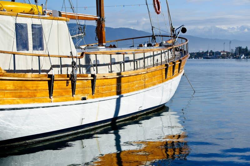 Εκλεκτής ποιότητας πλέοντας σκάφος στην άγκυρα στοκ φωτογραφία με δικαίωμα ελεύθερης χρήσης