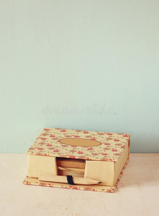 Εκλεκτής ποιότητας ρομαντικό υπόμνημα με το ξύλινο παλαιό μολύβι αναδρομική φιλτραρισμένη εικόνα στοκ εικόνες