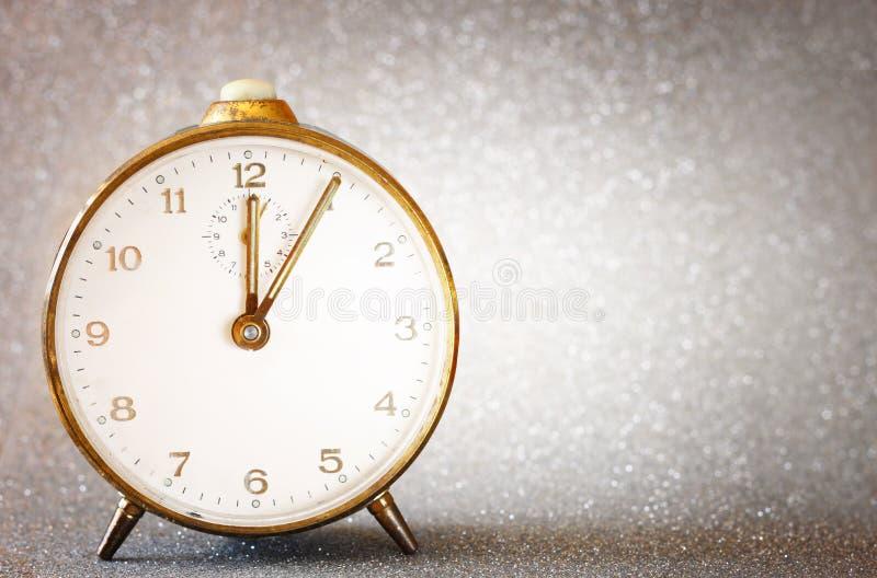 Εκλεκτής ποιότητας ρολόι με το ακτινοβολώντας ασημένιο υπόβαθρο στοκ εικόνες