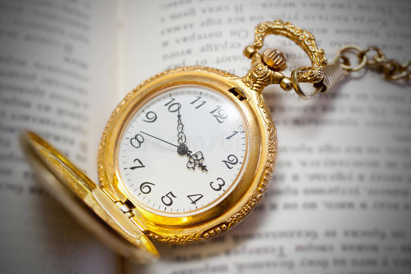 Εκλεκτής ποιότητας ρολόι τσεπών που βρίσκεται στο βιβλίο, αναδρομικό ύφος στοκ φωτογραφία