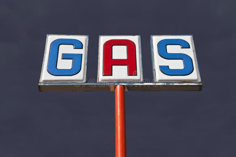 Εκλεκτής ποιότητας σημάδι αερίου με τον ουρανό καταιγίδας ερήμων στοκ φωτογραφία
