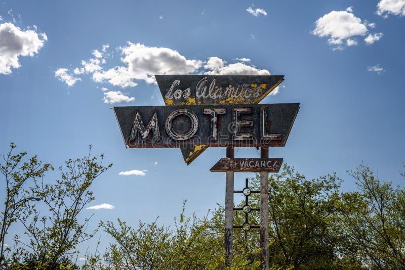 Εκλεκτής ποιότητας σημάδι κοντά στο προηγούμενο μοτέλ Los Alamitos στην ιστορική διαδρομή 66 στοκ εικόνες