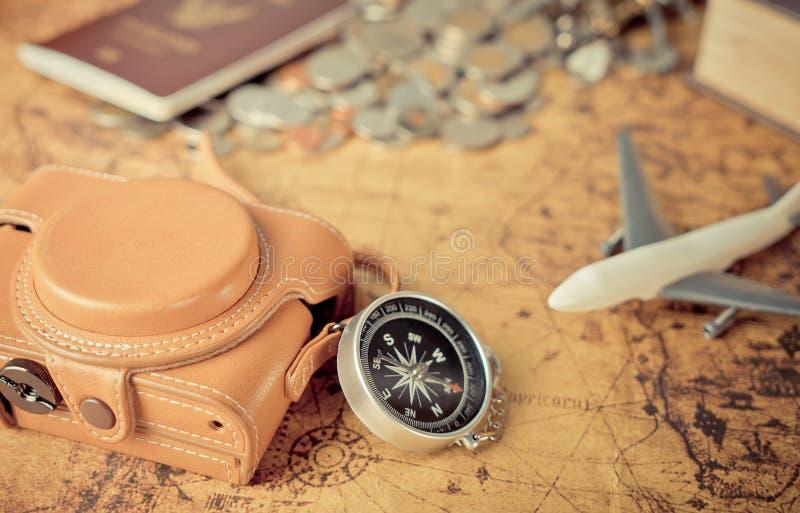Εκλεκτής ποιότητας στοιχεία εξερευνητών ταξιδιού στον εκλεκτής ποιότητας χάρτη στοκ εικόνες με δικαίωμα ελεύθερης χρήσης