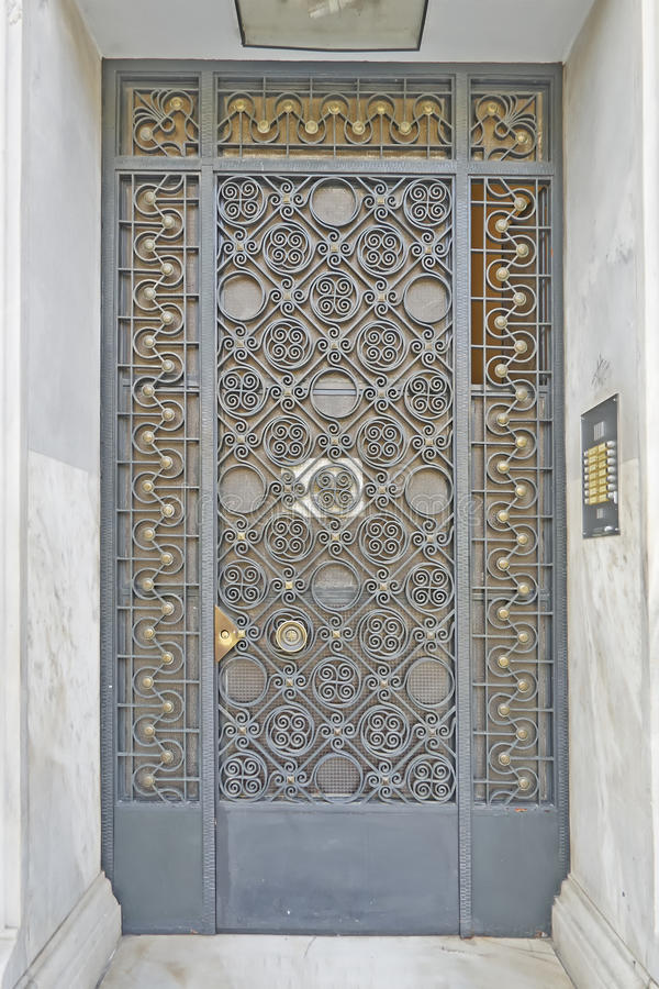 Εκλεκτής ποιότητας σφυρηλατημένη σπίτι λεπτομέρεια πορτών στοκ εικόνες