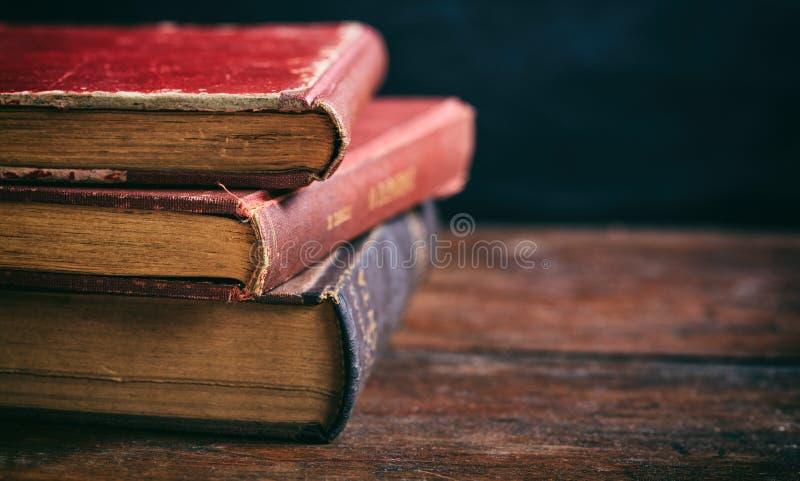 Εκλεκτής ποιότητας σωρός βιβλίων στο σκοτεινό υπόβαθρο στοκ φωτογραφία