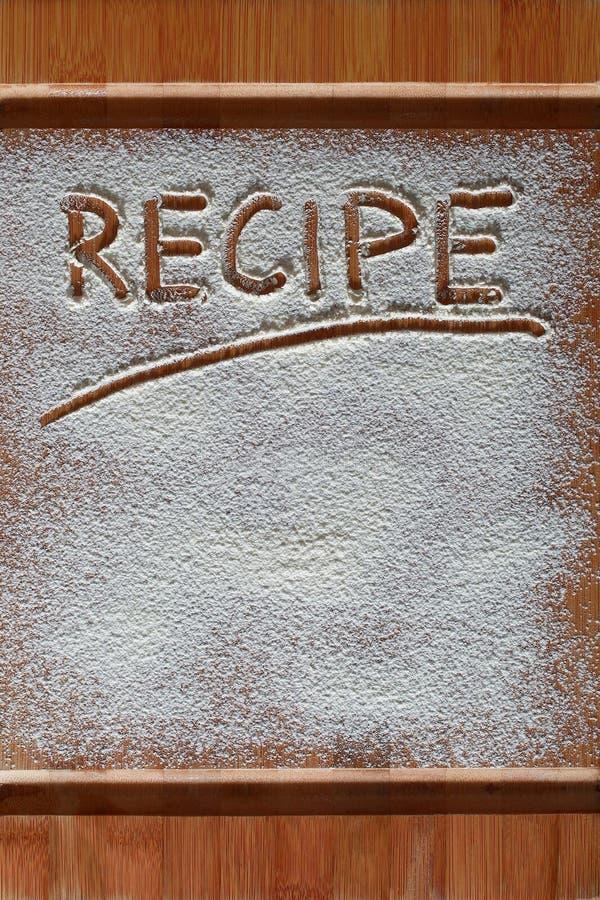 Εκλεκτής ποιότητας τέμνων πίνακας που καλύπτεται με το αλεύρι διάστημα για το κείμενο επιλογών συνταγής στο παλαιό ξύλινο υπόβαθρ στοκ εικόνα