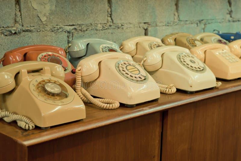 Εκλεκτής ποιότητας τηλέφωνα στον πίνακα στοκ φωτογραφίες