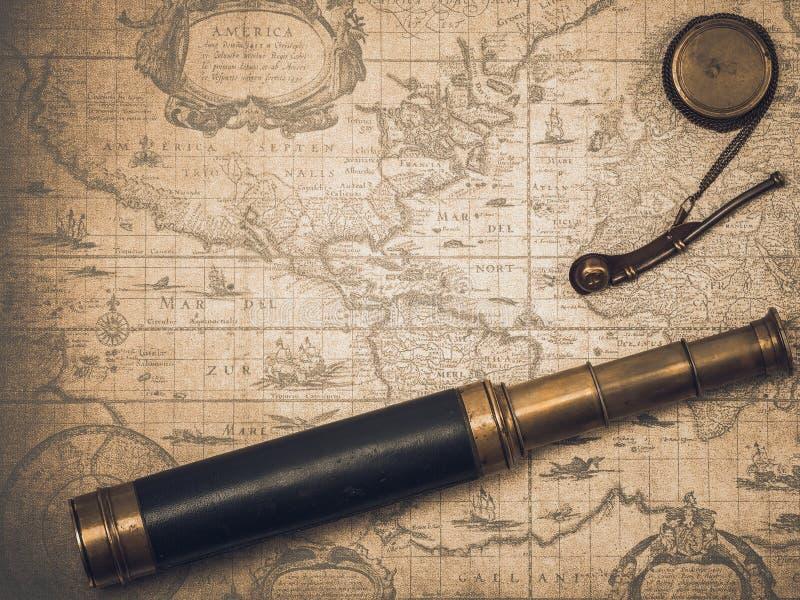 Εκλεκτής ποιότητας τηλεσκόπιο και συριγμός του boatswain στοκ εικόνες