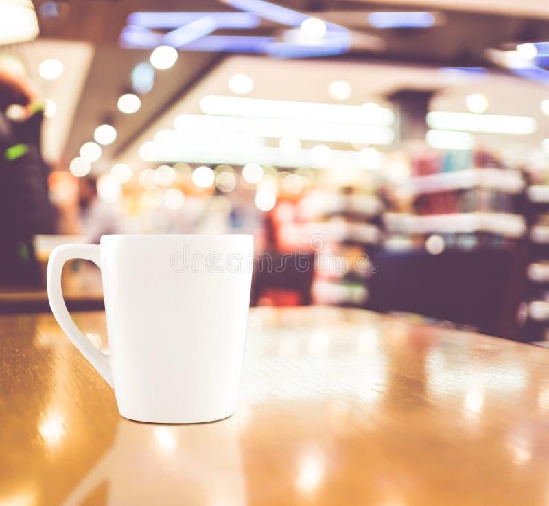 Εκλεκτής ποιότητας φίλτρο: Άσπρο φλυτζάνι καφέ στον ξύλινο πίνακα στην ΤΣΕ καφέδων θαμπάδων στοκ εικόνες με δικαίωμα ελεύθερης χρήσης