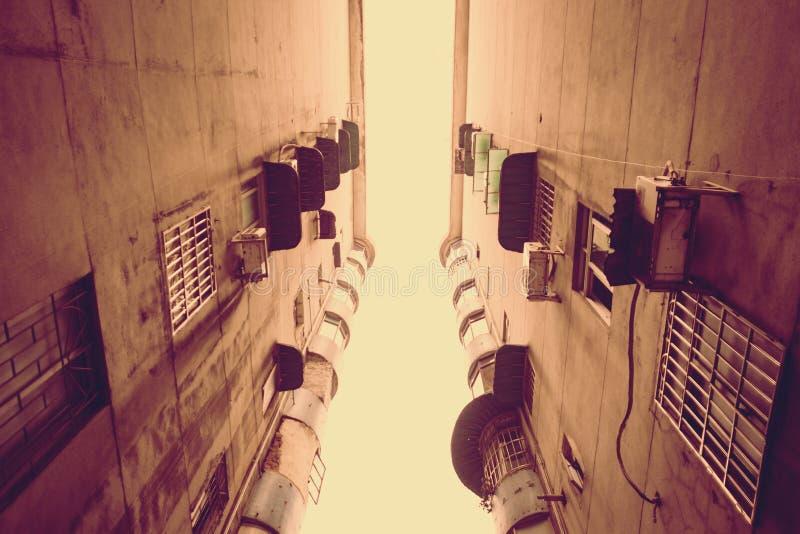 Εκλεκτής ποιότητας φίλτρο: Εξετάστε επάνω το παλαιό κτήριο στοκ εικόνες
