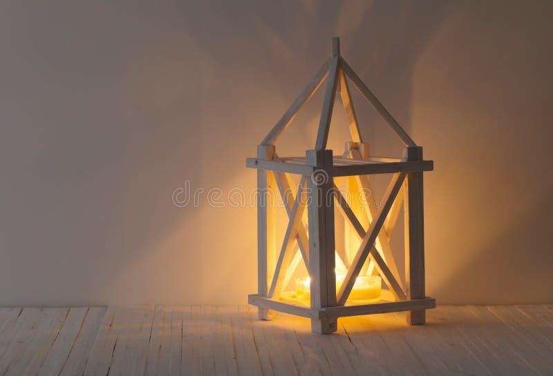 εκλεκτής ποιότητας φανάρι με το κάψιμο του κεριού στο άσπρο υπόβαθρο στοκ εικόνες