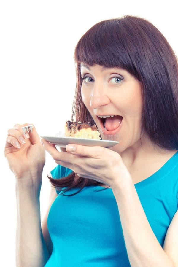 Εκλεκτής ποιότητας φωτογραφία, ευτυχής ευχαριστημένη γυναίκα που τρώει φρέσκο cheesecake στοκ φωτογραφία με δικαίωμα ελεύθερης χρήσης