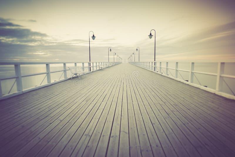 Εκλεκτής ποιότητας φωτογραφία όμορφο seascape με την ξύλινη αποβάθρα στοκ εικόνες