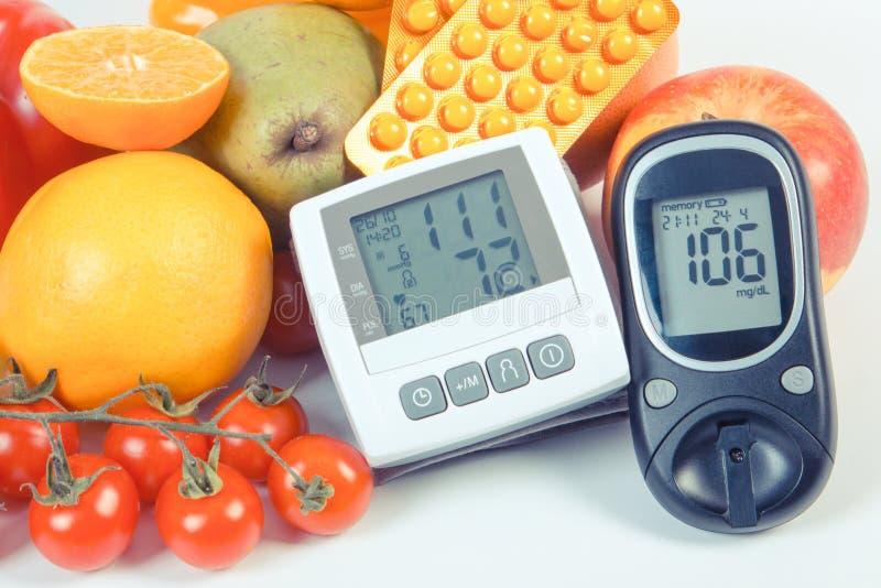 Εκλεκτής ποιότητας φωτογραφία, Glucometer, όργανο ελέγχου πίεσης του αίματος, φρούτα με τα λαχανικά και ιατρικά χάπια, υγιής τρόπ στοκ φωτογραφίες