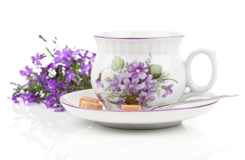 Εκλεκτής ποιότητας φλυτζάνια καφέ ή τσαγιού, με τα μπλε λουλούδια στοκ εικόνες