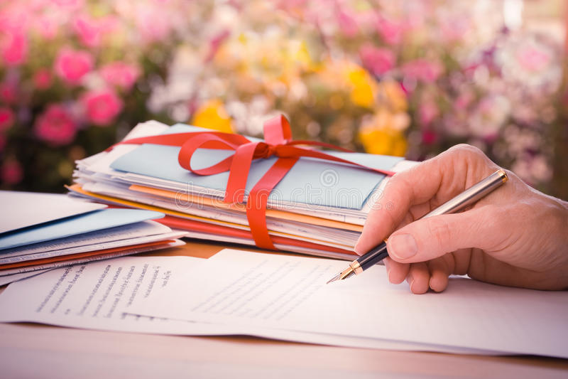 Εκλεκτής ποιότητας χέρι με την επιστολή γραψίματος μανδρών από τα λουλούδια στοκ φωτογραφία με δικαίωμα ελεύθερης χρήσης