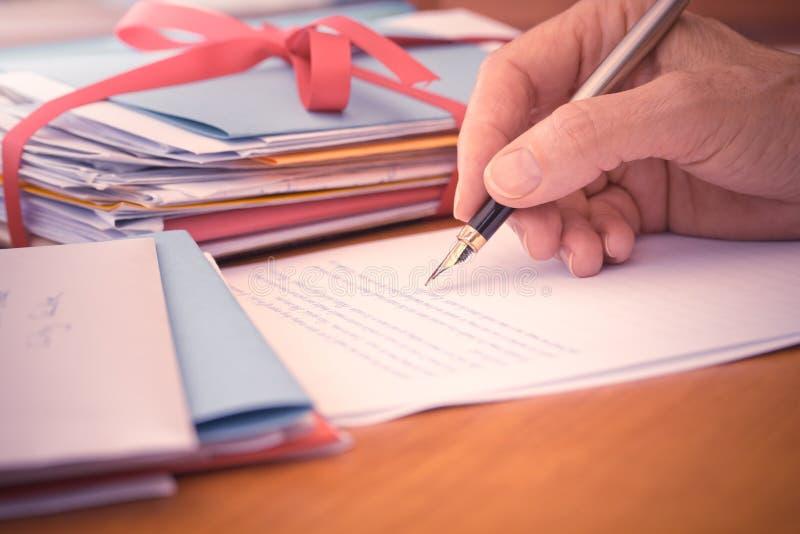Εκλεκτής ποιότητας χέρι με την επιστολή γραψίματος μανδρών στοκ φωτογραφίες