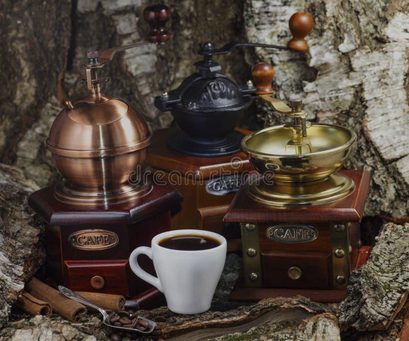 Εκλεκτής ποιότητας χειρωνακτικός μύλος καφέ με τα φασόλια καφέ και το φλυτζάνι στοκ φωτογραφίες