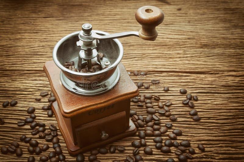 Εκλεκτής ποιότητας χειρωνακτικός μύλος καφέ με το φασόλι καφέ στοκ εικόνες