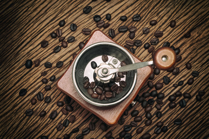 Εκλεκτής ποιότητας χειρωνακτικός μύλος καφέ με το φασόλι καφέ στοκ φωτογραφία με δικαίωμα ελεύθερης χρήσης