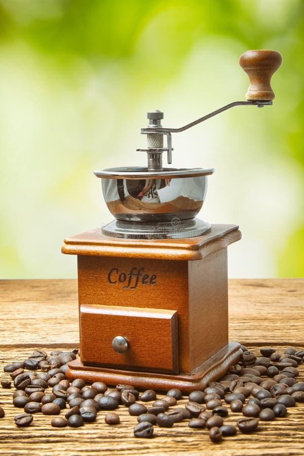 Εκλεκτής ποιότητας χειρωνακτικός μύλος καφέ με το φασόλι καφέ στοκ εικόνα