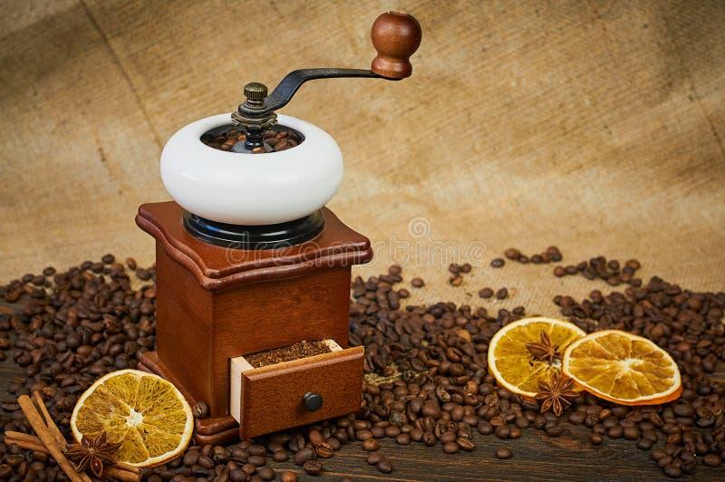 Εκλεκτής ποιότητας χειρωνακτικός μύλος καφέ στοκ εικόνες