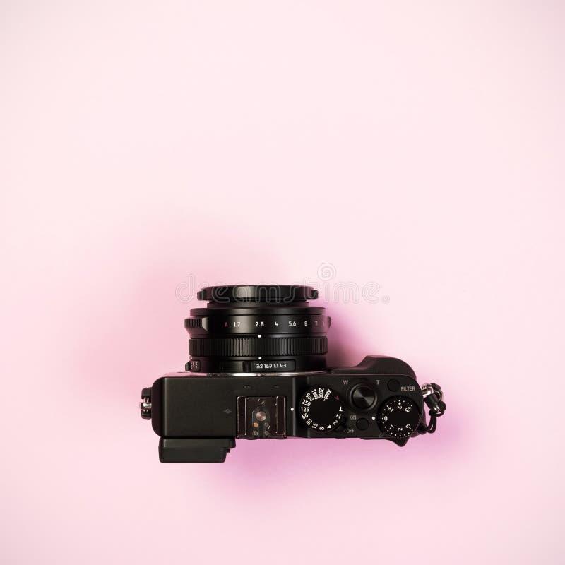 Εκλεκτής ποιότητας ψηφιακή συμπαγής κάμερα στο ρόδινο υπόβαθρο χρώματος κρητιδογραφιών στοκ εικόνα με δικαίωμα ελεύθερης χρήσης