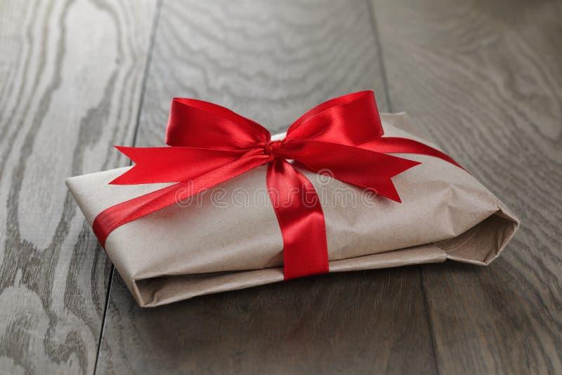Εκλεκτής ποιότητας δώρα ύφους που δένονται με την κορδέλλα και το τόξο στοκ εικόνα