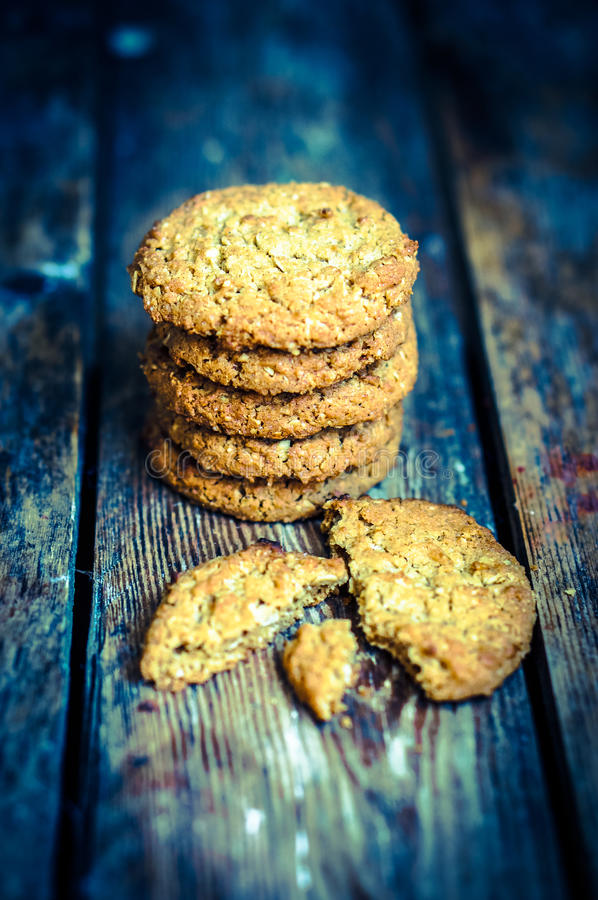 Εκλεκτής ποιότητας oatmeal μπισκότα στο αγροτικό ξύλινο υπόβαθρο στοκ φωτογραφίες