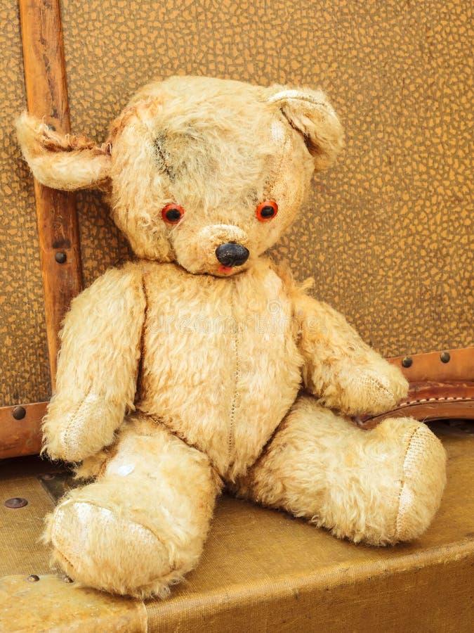 Εκλεκτής ποιότητας teddy αντέχει με τις παλαιές βαλίτσες στοκ φωτογραφία με δικαίωμα ελεύθερης χρήσης