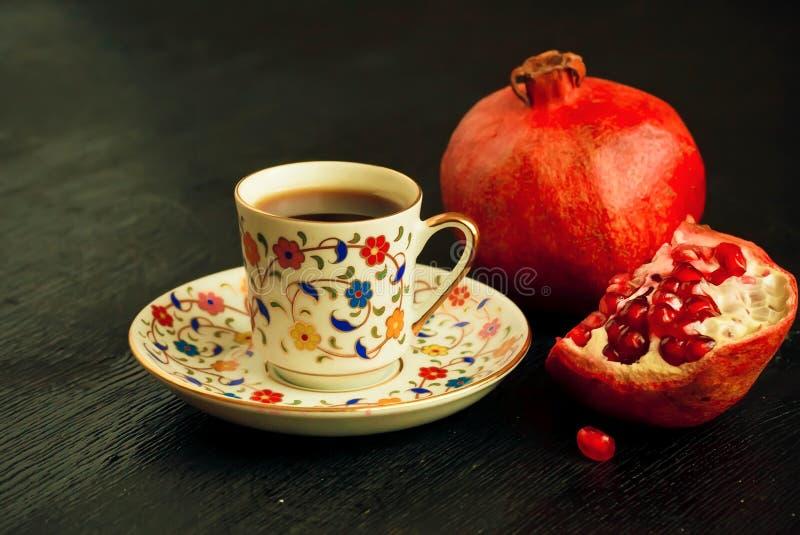 Εκλεκτική εστίαση στο πρόγευμα της Μέσης Ανατολής με τα φρούτα ροδιών και το φρέσκο καφέ στοκ φωτογραφίες