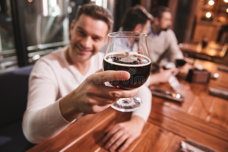 Εκλεκτική εστίαση του γυαλιού με την κατ' οίκον γίνοντη μπύρα στοκ φωτογραφία με δικαίωμα ελεύθερης χρήσης