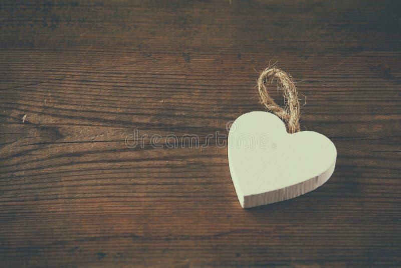 Εκλεκτική φωτογραφία εστίασης της ξύλινης καρδιάς στον αγροτικό πίνακα Έννοια εορτασμού ημέρας βαλεντίνου στοκ φωτογραφία
