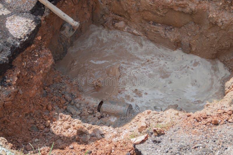Εκλεκτικός σωλήνας εστίασης, υδραυλικά που σπάζουν στην τρύπα, με την κίνηση νερού στοκ εικόνες με δικαίωμα ελεύθερης χρήσης