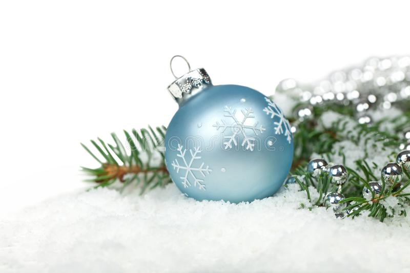 εκλεκτικό χιόνι εστίασης διακοσμήσεων Χριστουγέννων στοκ φωτογραφία με δικαίωμα ελεύθερης χρήσης